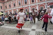 Oživlé nádvoří červenohrádeckého zámku. Snímek připomíná velikonoční jarmark z roku 2011, letošní svátky jara už jtlučou na dveře. V sobotu v zámeckém areálu odstartuje nová kulturní sezona.