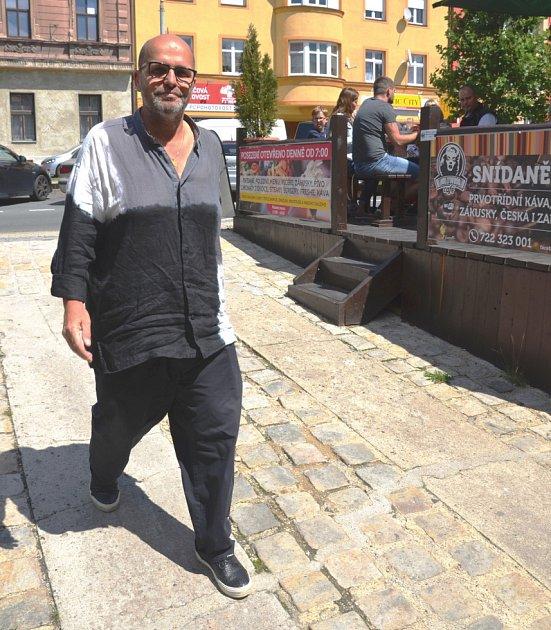 ZDENĚK POHLREICH přichází krátce po svém příjezdu do America Grill & Baru.