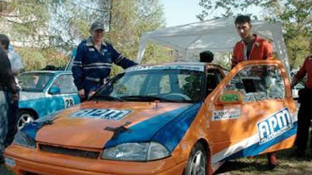 TRIOLA CUP. Při druhém závodě letošní sezony jela nejrychleji trojice Plaček, Mar. Pišta a Stránský (malý snímek nahoře). Svůj nový vůz Suzuki Swift na tomto závodě testovali šoféři Martin Bláha a Milan Roob ze stáje Autoservis BBR.