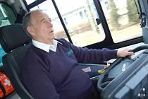 Herec Ivan Vyskočil řídí autobus z Klášterce nad Ohří směrem k prunéřovské elektrárně. Když neřídil, zvídavě se vyptával nebo vtipkoval.