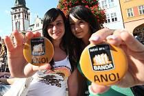 Mladé dívky přišly podpořit letní areál Banda se speciálně vyrobenými plackami.
