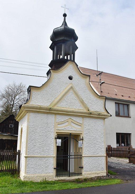 Kaple sv. Anny v Načetíně. Na její obnově má podíl David Fiala, řezbář z Krabčic, který vyřezal oltář uvnitř, dveře a okna repasoval Bedřich Hartan z Droužkovic.