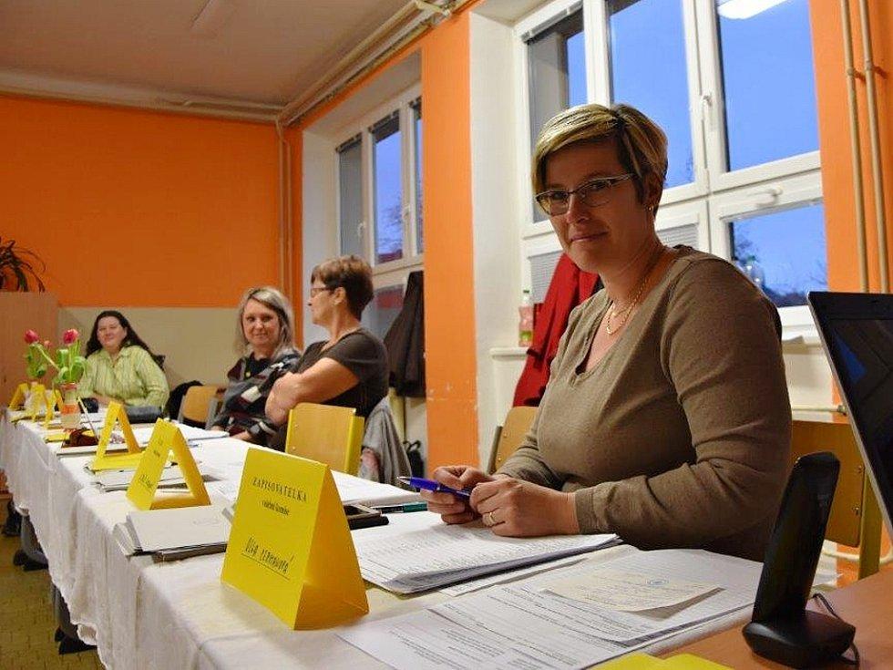 Volební komisařka Olga Cermanová v místnosti v ZŠ Nerudova v Jirkově
