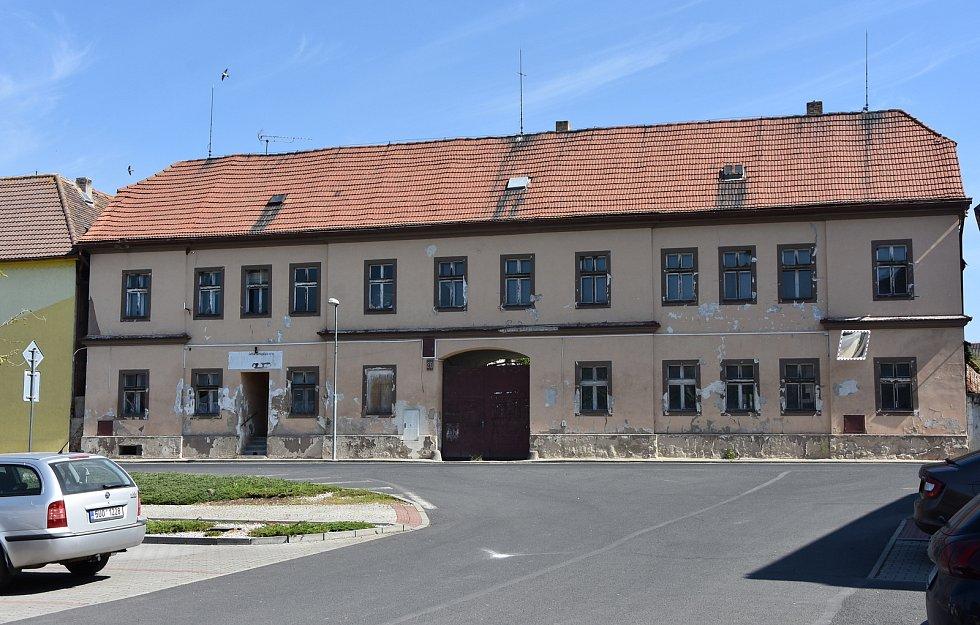 Bývalá jatka na náměstí. Obec prázdnou budovu koupila, aby jí nechala přestavět na dům služeb s obchodem s potravinami, kadeřnictvím, pedikúrou a kancelářemi.