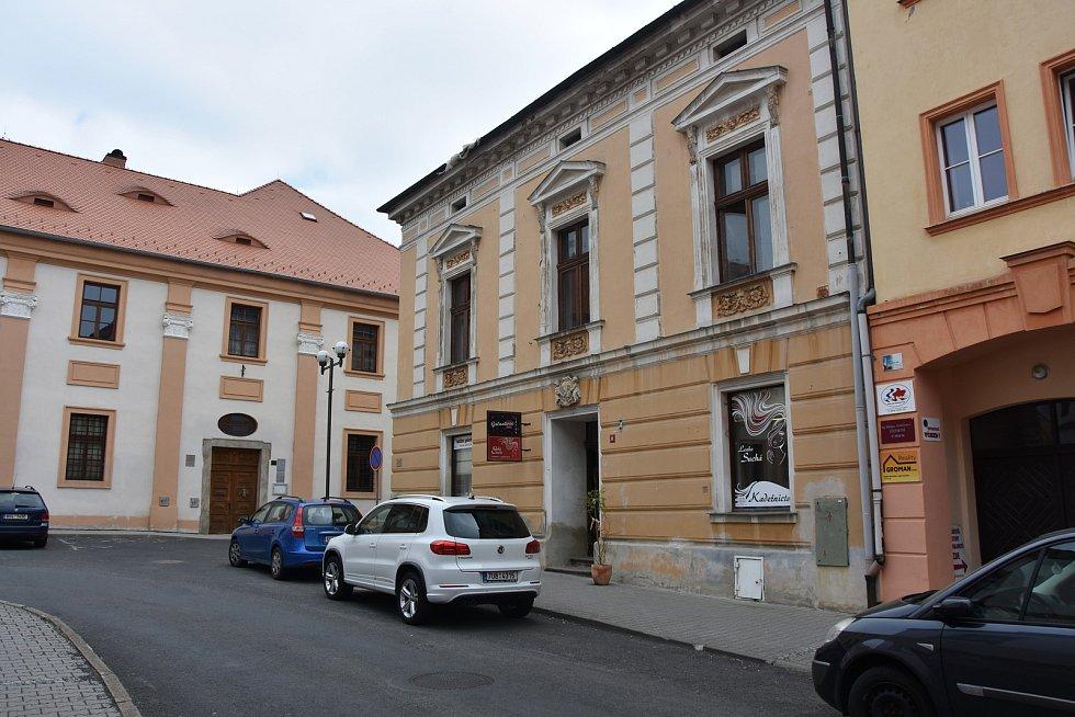 Podle historiků a archeologů se pozůstatky kostela sv. Michaela rozkládají pod domem čp 69 a zčásti i budovou státního okresního archivu (vlevo) v ulici B. Němcové.