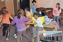 Na Kamenné už funguje nízkoprahové centrum Molo. A je hojně využívané, včera kolem třetí hodiny si tam hrálo asi dvanáct dětí ze sídlišť. V této budově by mělo vzniknout větší centrum Kamínek (menší foto).