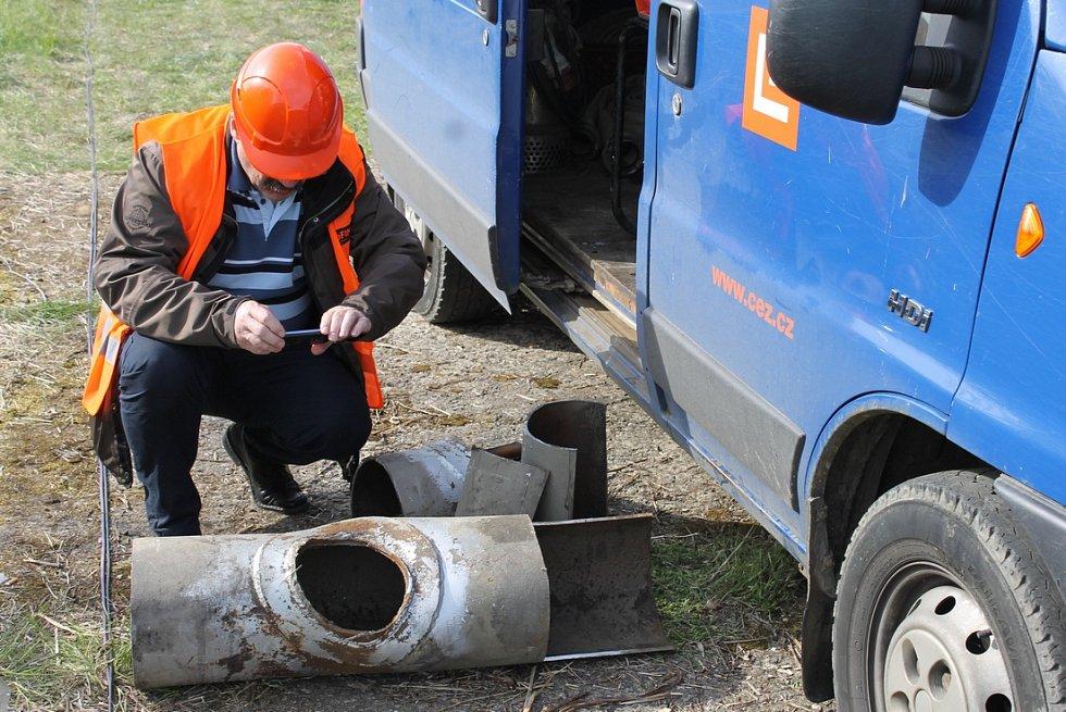 Manažer provozní jednotky ČEZ Teplárenské v Chomutově František Pracný během fotodokumentace poškozených dílů potrubí.