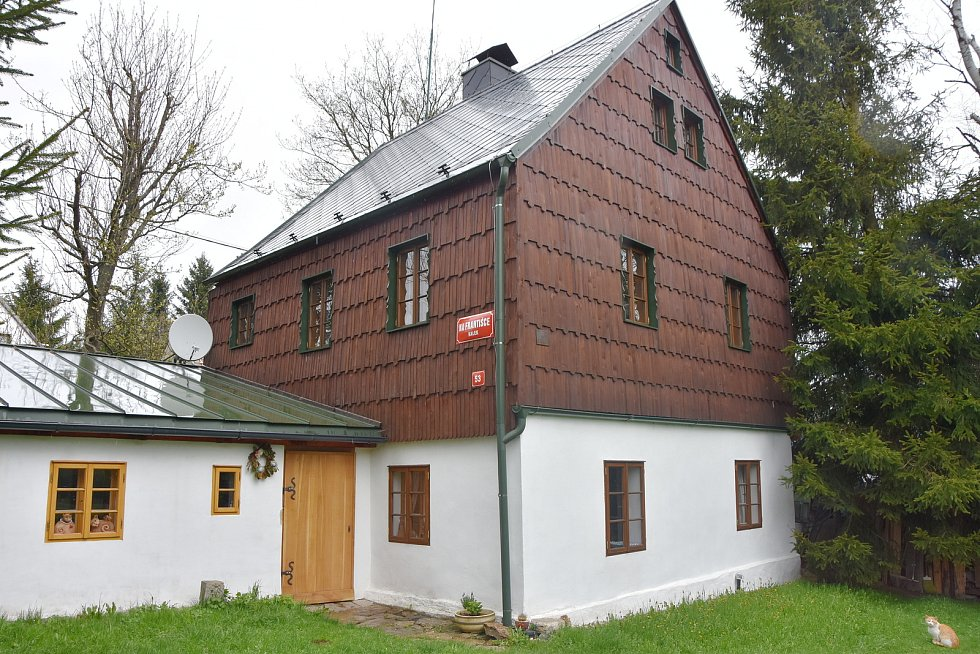 Dům pochází ze začátku 19. století a patro i štít má pobité šindelem.