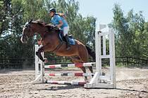 Skokové derby přilákalo jezdce na koních do chomutovského skanzenu Stará Ves.