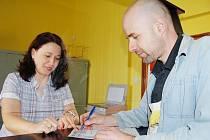 PRVNÍ DEN. Na detašovaném pracovišti v Jirkově přijímala včera žádosti o výměnu referentka chomutovského magistrátu Ivana Neprašová.