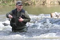 Pstruhová sezóna začala a rybáři pokoušejí štěstí i pod nechranickou přehradou.