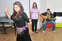 Taneční umění při otevření Kamínku předvedla jedna z klientek nízkoprahového zařízení Molo v chomutovské základní škole v ulici 17. listopadu, které také provozuje občanské sdružení Světlo.