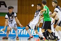 Snímek z utkání Chomutova (v bílém) proti Turnovu v základní části soutěže