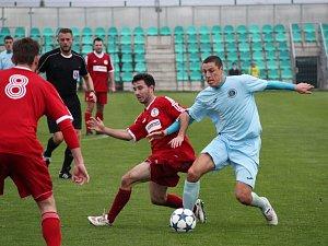 Vojtěch Kubík (v modrém) podává stabilní výkony a je oporou FC Chomutov.
