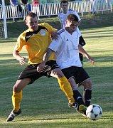 Hráči Března (ve žlutém) si připsali druhou výhru.