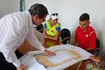 Starosta Klášterce Štefan Drozd ukazuje návrh nového areálu Veronice Purmanové a atletickému přeborníkovi Danielu Vejražkovi