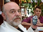 Jak jsou na tom vaše plíce? To lze zjistit fouknutím do přístroje, který ukazuje lékárník Jindřich Šmíd.