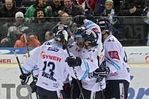 Liberečtí hokejisté slaví vítězství nad Plzní.