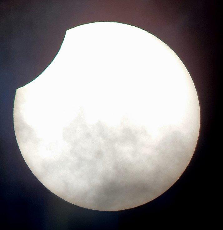 Takto zachytil částečné zatmění Slunce člen Astronomické společnosti Chomutov Radek Zozulák.