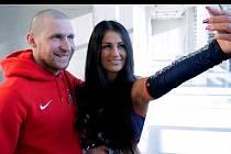 Štěpán Hřebejk na filmovém záběru s roztleskávačkou Michaelou Vysockou, která si s chomutovským útočníkem dělá v rámci příběhu videoklipu selfie na mobil.