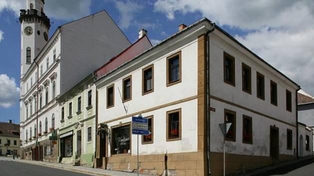 Radnice na náměstí v Klášterci nad Ohří.