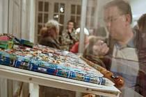 TUŽKY, TUŽKY, TUŽKY. Více než čtyři tisíce tužek různých tvarů, barev i vůní mohou vidět návštěvníci výstavy na kláštereckém zámku. Za sedm let je nasbíral Vladimír Jindra z Kadaně. (v pozadí) Ve sbírce má i kousky více než sto let staré.