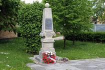 Poznáte, v které obci na Chomutovsku se nachází tento pomník?