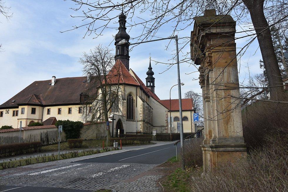 Poslední sedmé zastavení křížové cesty stojí přímo u františkánského kláštera.