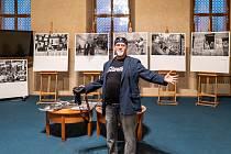 Fotograf Miroslav Rada slavnostně zahájil výstavu svých fotografií v prostorách Senátu.