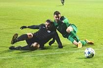 V černém dresu je veterán a nejlepší střelec FC Chomutov Martin Boček.