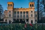 Městské divadlo v Chomutově v západu jarního slunce roku 2020 v době koronavirové krize COVID-19.