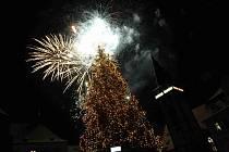 Vánoční strom v Chomutově už slavnostně svítí