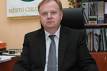 Nový ředitel dopravního podniku Petr Maxa ještě za svým starostovským stole v Chlumci. Představenstvo DPChJ si od něj slibuje změny k lepšímu.