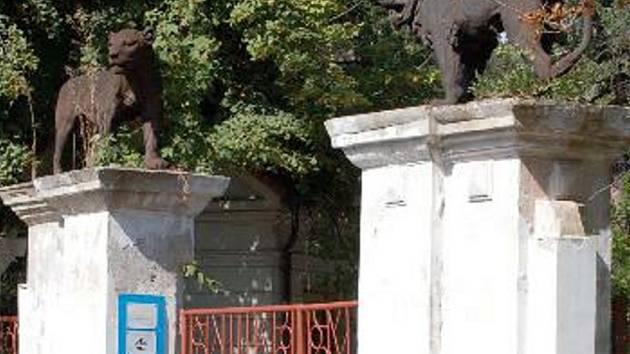 Brána do zahrady Kludského vily v Jirkově.