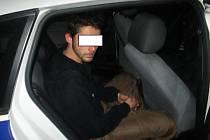 Utíkal, ale neutekl. Zloděj, který se v Chomutově vloupal do několika domů, skončil v poutech.