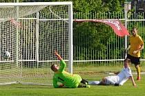 1 FC Spořice (v bílém), sehrály s Levicemi vyrovnaný zápas. Body ztratily až deset minut před koncem.