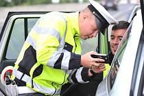 Policista kontroluje řidiče nedaleko otvické nákupní zóny
