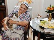 V Kadani se fotí klienti spolu s personálem domova pro seniory na kalendář pro rok 2018