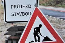 Město Jirkov uplatnilo u zhotovitele II. etapy rekonstrukce Palackého ulice reklamaci propadlého místa v pásu pro cyklisty.