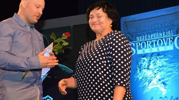 Speciální cenu pro Jiřího Kormaníka přebírala na posledním galavečeru jeho dcera z rukou trenéra Ladislava Šnellyho.