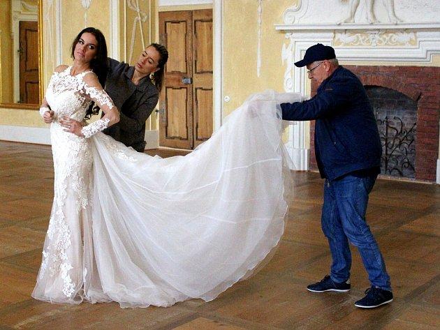 V sále zámku Červený Hrádek se fotografovaly modely svatebních šatů, které budou trendy v příštím roce. Právě se upravuje modelka Lucie Šlégr.