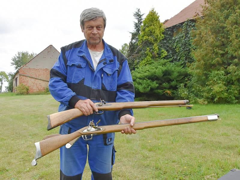 Václav Paar a pušky, které vyrobil.