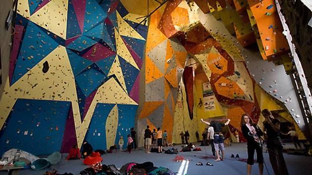 Podobné lezecké centrum by mohlo vzniknout v bývalém kulturním domě v Nových Ervěnicích. Právě tyto stěny jsou v Jablonci nad Nisou a autorům projektu lezeckého centra v Jirkově se moc líbí.