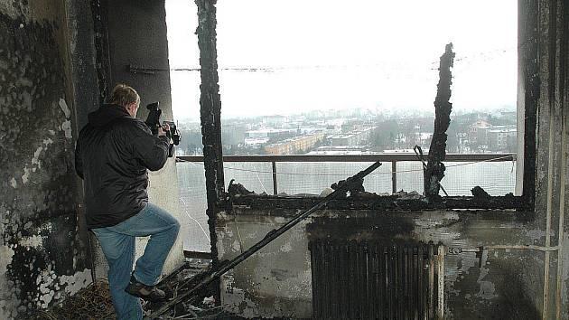 Balkon, ze kterého mladík skočil