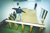 Minirampa ve správcovské budově je teď v zimě využívaná nejvíc. Špička bývá od tří do čtyř hodin, kdy se na ní střídá šest, sedm jezdců.