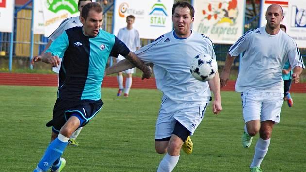 Zdeněk Uhlík, střelec vítězné branky, se probíjí obranou Modré.