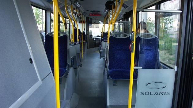 Vnitřek nízkopodlažního trolejbusu.