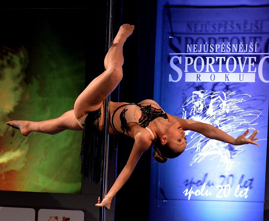 Krásná tanečnice předvedla akrobatické kousky pole dance.