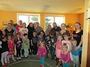 """Na závěr vánoční besídky  si koledy  zazpívalo 13 dětí a 37 rodičů, prarodičů a sourozenců  ze třídy """"Jahoda""""  a 16 dětí a 28 rodičů ze třídy """"Čtyřlístek""""."""