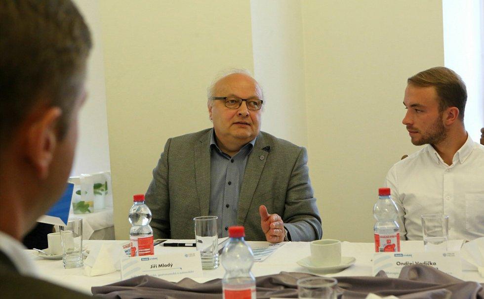 Ředitel Střední školy technické, gastronomické a automobilní Chomutov Jiří Mladý a personalista společnosti Benteler Automotive Ondřej Vodička.